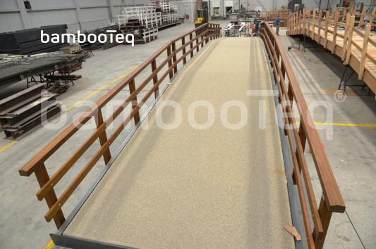 De leuningen van deze brug zijn gemaakt van BambooTeq bamboe.