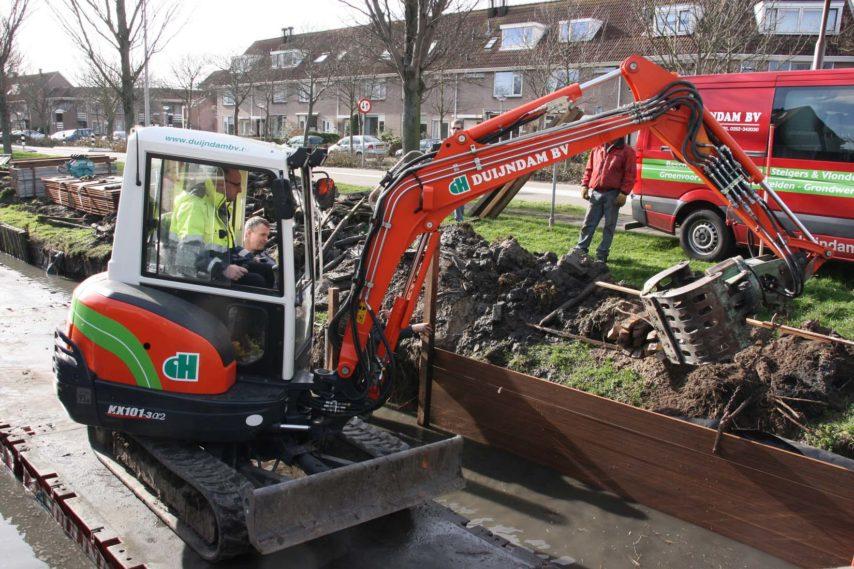 Wethouder Martijn Vroom van de gemeente Noordwijk heeft aan de Weteringkade een BambooTeq® beschoeiingsschot geplaatst.